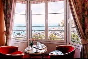 Beaucoup de chambre offre une vue incroyable sur la baie (photo du site)